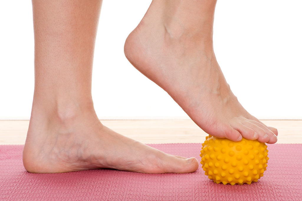 Squeeze the ball with the soles - perfect exercise against varicose veins